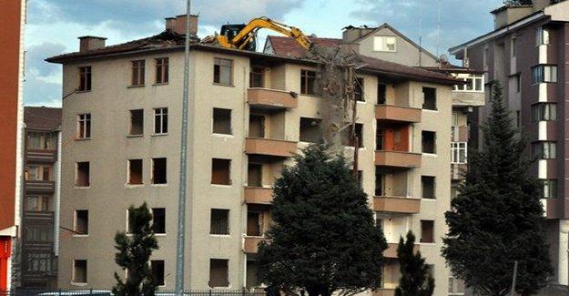 Binanın yıkımına çatıdan başladılar!