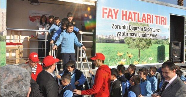 Öğrencilere simülasyon tırında deprem eğitimi