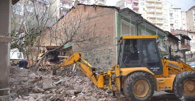 Gemlik'te metruk bina yıkımları devam ediyor!