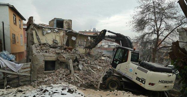 Gümüşyaka'da 30 yıllık metruk bina yıkıldı!