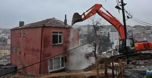 İstanbul Gaziosmanpaşa'da tehlike arzeden bina yıkıldı!