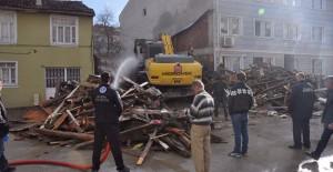 İnegöl Belediyesi metruk bina yıkımlarına devam ediyor!