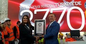 Ağaoğlu 'Dünya Baret Giyme Rekoru'nu kırdı!