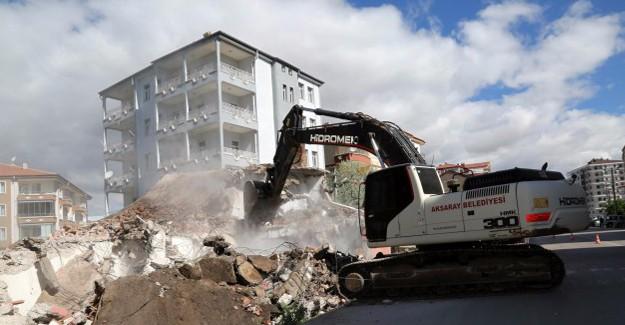Aksaray Belediyesi Acem bulvarında yol üzerinde kalan evleri yıkıyor!