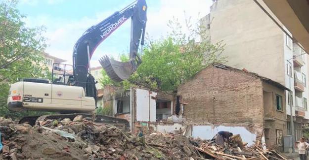 Gemlik Belediyesi metruk bina yıkımlarını sürdürüyor!