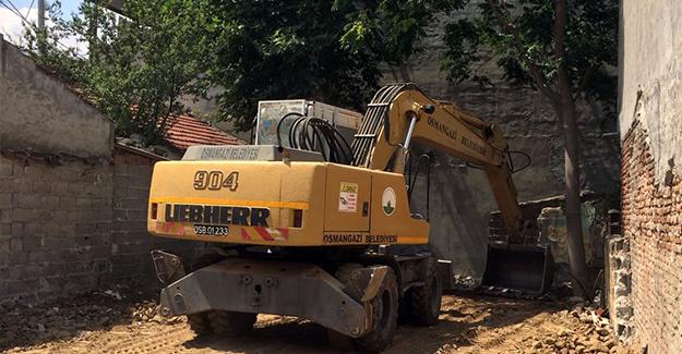 Osmangazi Belediyesi metruk bina yıkım çalışmalarını sürdürüyor!