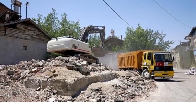 Beydağı kentsel dönüşüm kapsamında yıkılan yapıların enkazları temizleniyor!