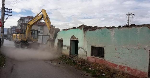 Ereğli Belediyesi metruk binaların yıkım çalışmalarını sürdürüyor!
