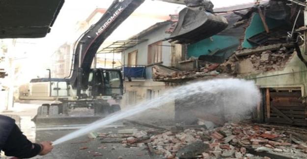 Gemlik Belediyesi metruk ve kaçak yapıların yıkımlarını sürdürüyor!