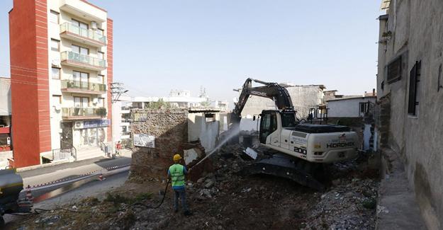 Konak Belediyesi metruk binaların yıkımına devam ediyor!