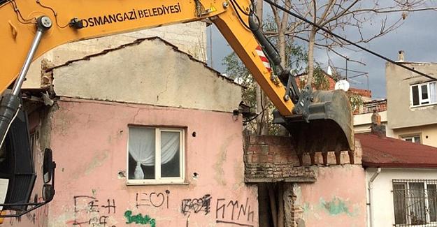 Osmangazi Namıkkemal Mahallesi'ndeki metruk bina yıkıldı!