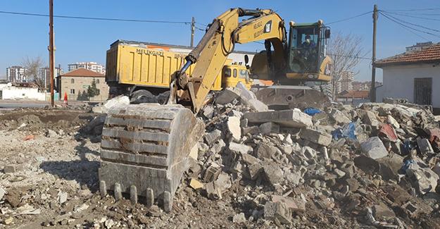 Melikgazi'de metruk bina yıkımı devam ediyor!