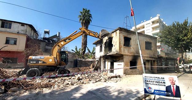 Mersin Akdeniz Bahçe Mahallesi'ndeki metruk bina yıkıldı!