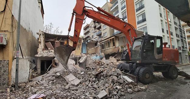Mersin Akdeniz'de metruk yapı yıkımları sürüyor!