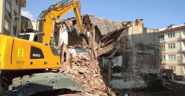 Osmangazi Hacı İlyas Mahallesi'ndeki iki katlı metruk bina yıkıldı!