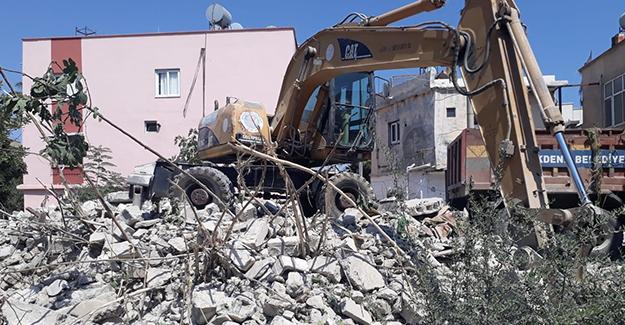 Mersin Akdeniz'de metruk binaların yıkım çalışmaları devam ediyor!