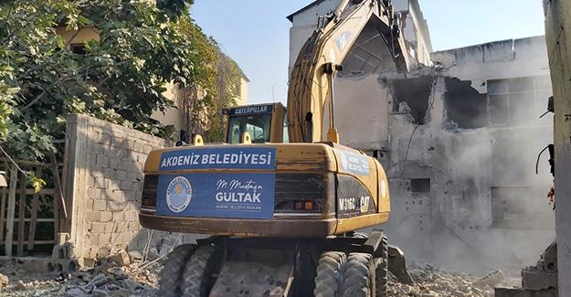 Mersin Akdeniz Çay Mahallesi'ndeki metruk bina yıkıldı!
