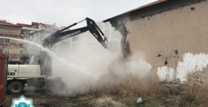 Aksaray Belediyesi risk oluşturan metruk binaların yıkımına devam ediyor!