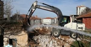 Aksaray Belediyesi metruk bina yıkımlarına devam ediyor!
