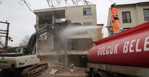 Gölcük Belediyesi metruk bina yıkımlarına devam ediyor!