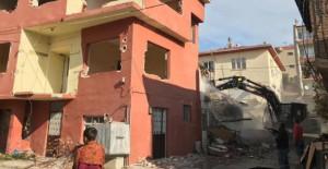 Gemlik Belediyesi kamulaştırılan binaların yıkımına devam ediyor!