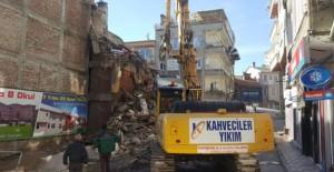 Gemlik Belediyesi kamulaştırılan binaların yıkım çalışmalarını sürdürüyor!