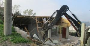 İzmit Belediyesi kaçak yapıların yıkım çalışmalarına devam ediyor!