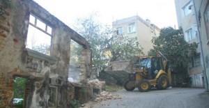 Kartal Belediyesi metruk binaların yıkım çalışmalarını sürdürüyor!