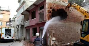 Osmangazi Belediyesi kamulaştırılan binaların yıkımını sürdürüyor!