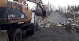 Bingöl Belediyesi kaçak yapı ve metruk binaların yıkımına devam ediyor!