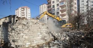 Melikgazi Belediyesi metruk binaların yıkımına devam ediyor!