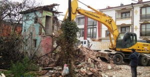 Sakarya Erenler'de metruk binaların yıkım çalışmaları sürüyor!