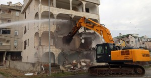 Büyükçekmece'de kentsel dönüşüm kapsamında deprem riski taşıyan 4 katlı bina yıkıldı!