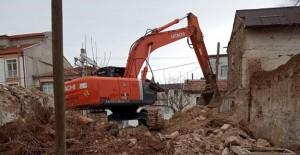 Karaman Belediyesi metruk binaların yıkımlarına devam ediyor!