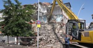 Büyükçekmece'de deprem riski taşıyan bina yıkıldı!