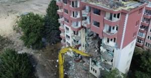 Büyükçekmece Belediyesi riskli yapıların yıkım çalışmalarına devam ediyor!
