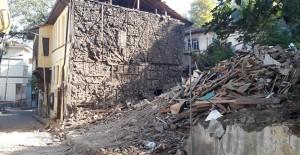Osmangazi Belediyesi yarısı kendiliğinden çöken iki katlı ahşap binayı yıktı!