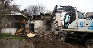 Eyüpsultan Düğmeciler Ayten Sokak'taki riskli yapı yıkıldı!