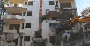 Büyükçekmece'de riskli ve orta hasarlı tespit edilen 8 bina yıkıldı!