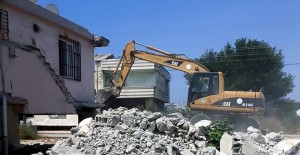 Akdeniz Belediyesi metruk binaların yıkımına devam ediyor!