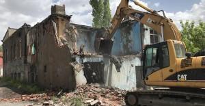 Kars'ta metruk bina yıkımları devam ediyor!