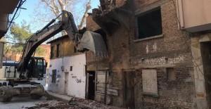 Gemlik'te 7 metruk binanın daha yıkımı gerçekleştirildi!