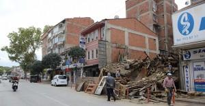 İnegöl Belediyesi tehlikeli binaları temizlemeye başladı!